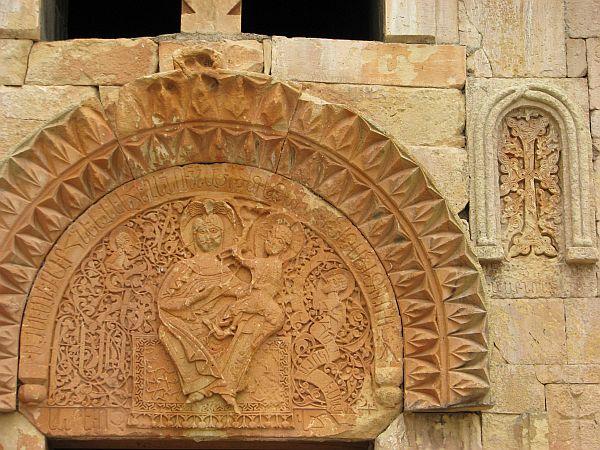 Madonna z Dzieciątkiem na tympanonie kościoła św. Szczepana