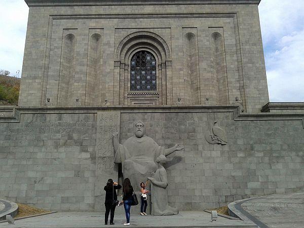 Wejście do muzeum. W centrum pomnik Mesropa Masztoca