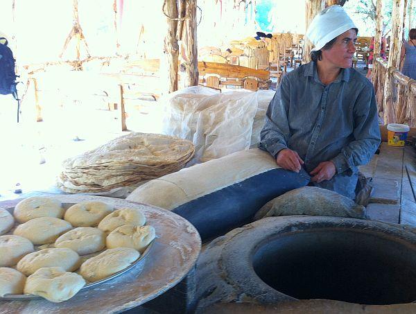 W piekarni. W prawym dolnym rogu znajduje się tondir - tradycyjny piec