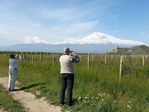 Krajobraz Armenii. Turyści fotografują górę Ararat
